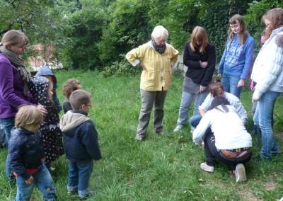 les-cap-atmfc-et-des-eleves-de-maternelle-preparent-le-jardin-de-letablissement